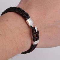 Коричневый кожаный браслет на руке