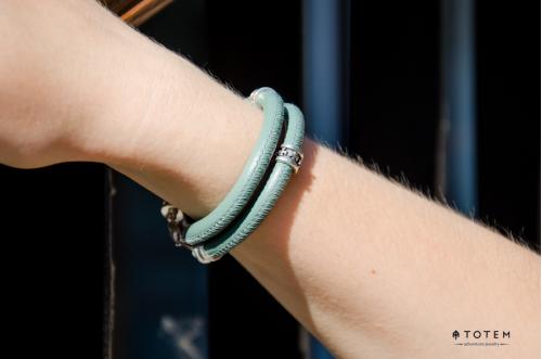 Кожаный браслет с символами на руке