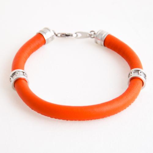 Браслет с символами на оранжевом кожаном шнуре